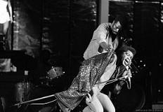 James Brown cantando con Dinamita.
