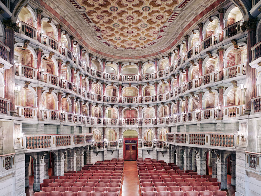Teatro Scientifico Bibiena Mantova I, 2010 © Candida Höfer