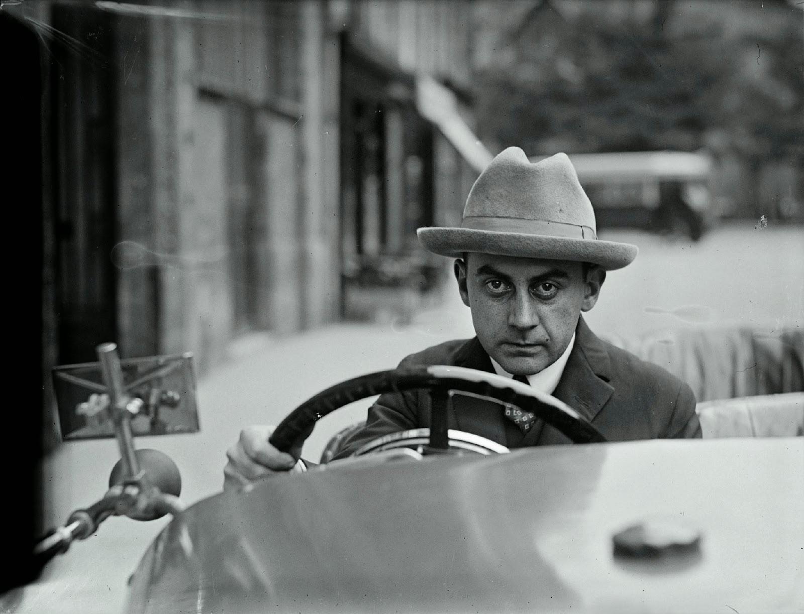 002. Man Ray Autoportrait au volant