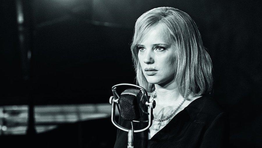cold-war-2018-003-joanna-kulig-microphone