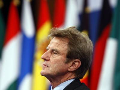 Interview with Bernard Kouchner flying over Africa