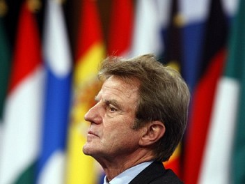 Entrevista a Bernard Kouchner sobrevolando Africa.