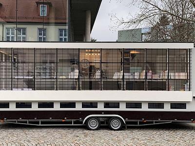 """Un autobús-bauhaus para """"desaprender"""" el legado de la escuela"""
